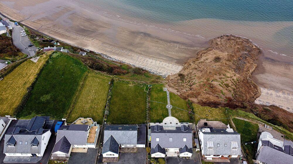 Casas à beira de penhasco após desmoronamento no povoado de Nefyn, País de Gales, Reino Unido, 20 de abril de 2021