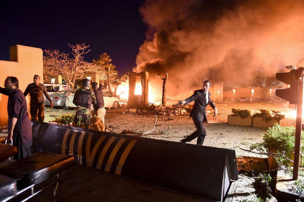 Pessoal de segurança e voluntários no lugar da explosão na cidade de Quetta, Paquistão, em 21 de abril de 2021. Cinco pessoas morreram e outras 12 ficaram feridas em uma explosão que atingiu o estacionamento de um hotel de luxo em Quetta
