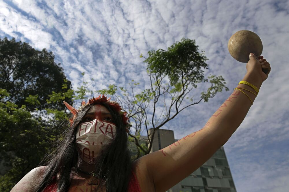 Indígena protestando contra ações do presidente brasileiro, Jair Bolsonaro, durante a pandemia de COVID-19 no país, Brasília, 20 de abril de 2021