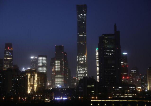 Prédios no Bairro Empresarial Central iluminados durante a noite em Pequim, China, 15 de abril de 2021