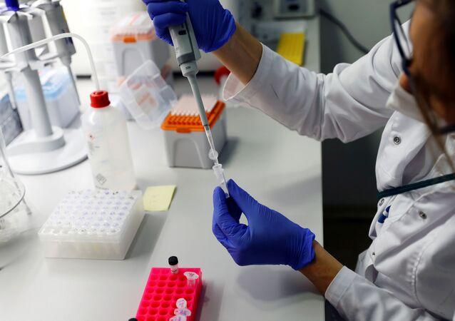 Técnico de laboratório trabalha com amostras de testes PCR rápidos no laboratório Confidence, em meio à pandemia da COVID-19, em Viena, Áustria, 30 de outubro de 2020