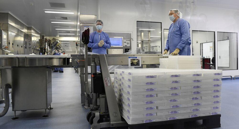 Empregados de uma fábrica da empresa farmacêutica Pfizer durante visita (fora da tela) de Ursula von der Leyen, presidente da Comissão Europeia, em Puurs, Bélgica, 23 de abril de 2021
