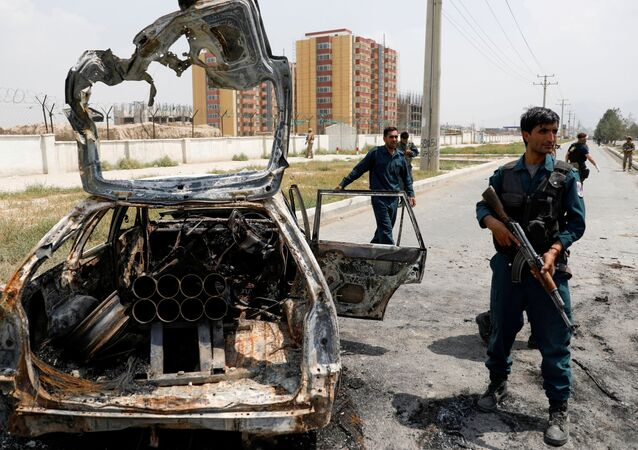 Em Cabul, policiais afegãos inspecionam um veículo usado por insurgentes para disparar foguetes, em 18 de agosto de 2020
