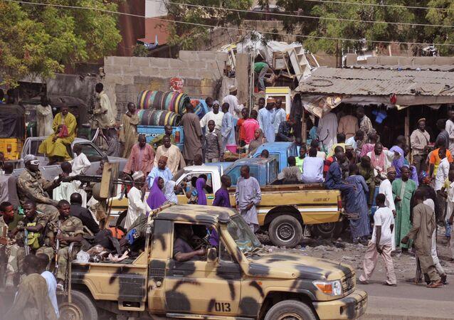 Militares realizam patrulha nos arredores de Maiduguri, cidade do nordeste da Nigéria, após conflitos na região (imagem de arquivo)