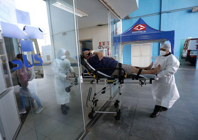 Profissionais de saúde auxiliam paciente com COVID-19 em hospital na cidade de Bauru, em São Paulo, no dia 25 março de 2021