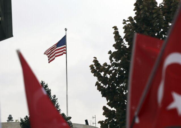 Bandeiras turcas são erguidas durante protesto em frente à Embaixada dos Estados Unidos em Ancara, na Turquia, em 8 de outubro de 2019