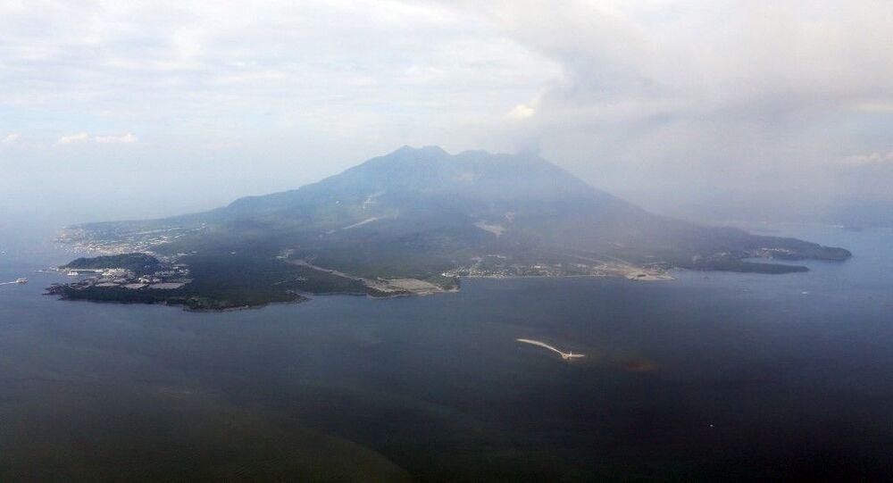 Esta foto de maio de 2015 mostra uma vista aérea do vulcão Sakurajima, na costa da cidade de Kagoshima, na ilha de Kyushu, no sul do Japão; em agosto daquele ano, o vulcão registrou atividade sísmica