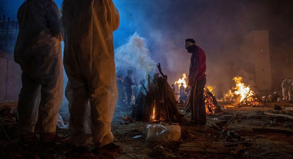 Em Nova Deli, na Índia, pessoas cremam corpos de vítimas da COVID-19 em meio à explosão de casos no país, em 24 de abril de 2021