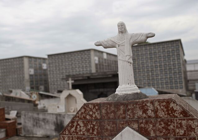 No Rio de Janeiro, no cemitério de Irajá, uma miniatura do Cristo Redentor é usada em uma lápide, em 5 de fevereiro de 2021