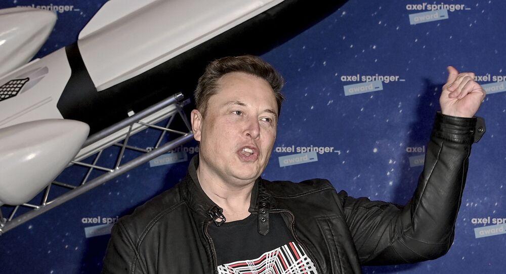 Proprietário da SpaceX e CEO da Tesla, Elon Musk chega ao tapete vermelho para o prêmio de mídia Axel Springer, em Berlim, em 1º de dezembro de 2020