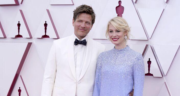 Thomas Vinterberg, à esquerda, e Helene Reingaard Neumann chegam ao Oscar no domingo, 25 de abril de 2021, na Union Station em Los Angeles