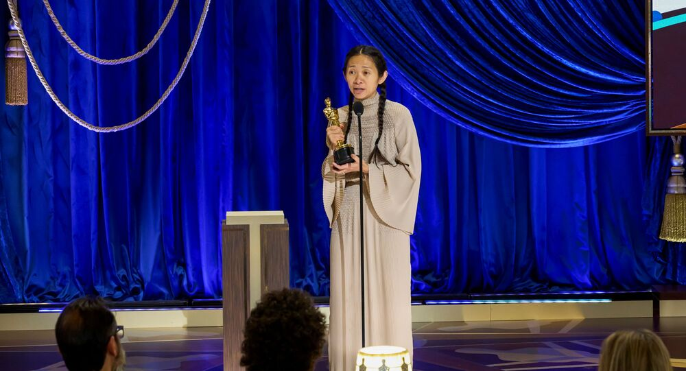 Chloé Zhao recebendo o prêmio de melhor direção por Nomadland, na 93ª edição do Oscar, em Los Angeles, Califórnia