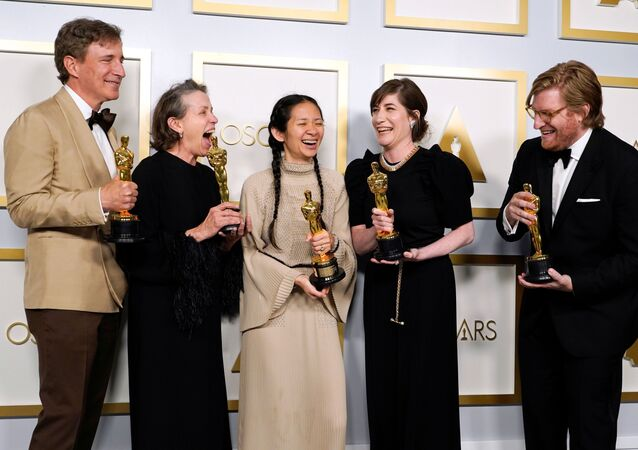 Os produtores Peter Spears, Frances Mcdormand, Chloe Zhao, Mollye Asher e Dan Janvey, vencedores do prêmio de melhor filme por Nomadland