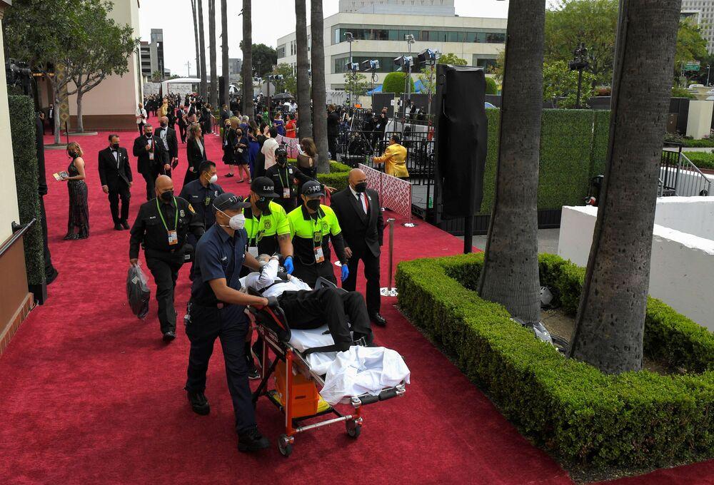 Uma pessoa é retirada em uma maca do Oscar em Los Angeles, Califórnia, EUA