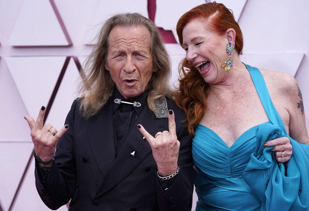 Ator Paul Raci e sua esposa Liz Hanley Raci na 93ª cerimônia de premiação do Oscar em Los Angeles