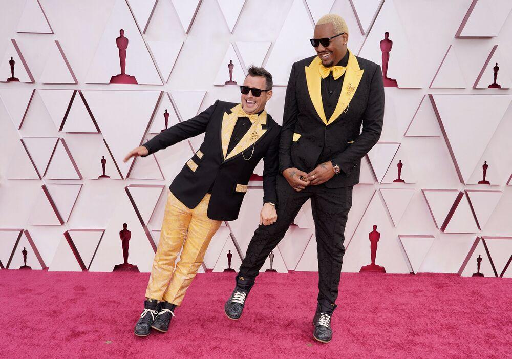 Diretor anglo-americano Martin Desmond Roe (à esquerda) e comediante dos EUA Travon Free na 93ª cerimônia de premiação do Oscar