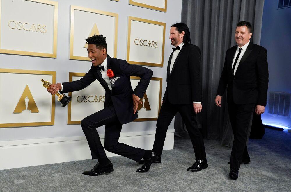 Jon Batiste, Trent Reznor e Atticus Ross, vencedores do Oscar de melhor trilha sonora original pela obra Soul
