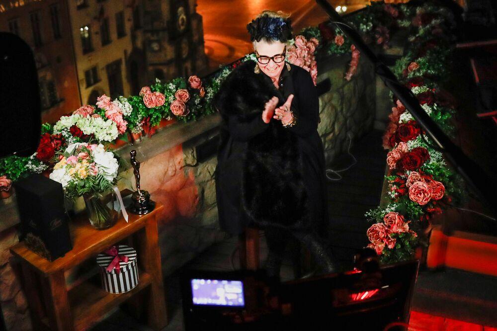A estilista Claudia Stolze durante a transmissão em vídeo da cerimônia do Oscar