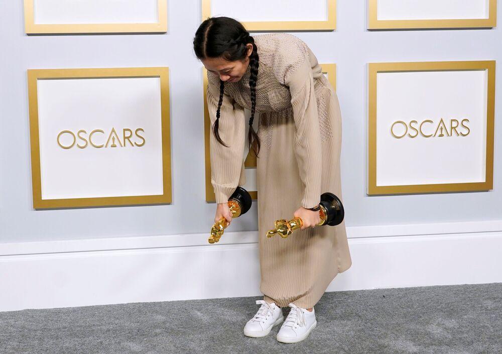 Diretora e produtora Chloe Zhao vence na categoria de melhor direção pelo filme Nomadland