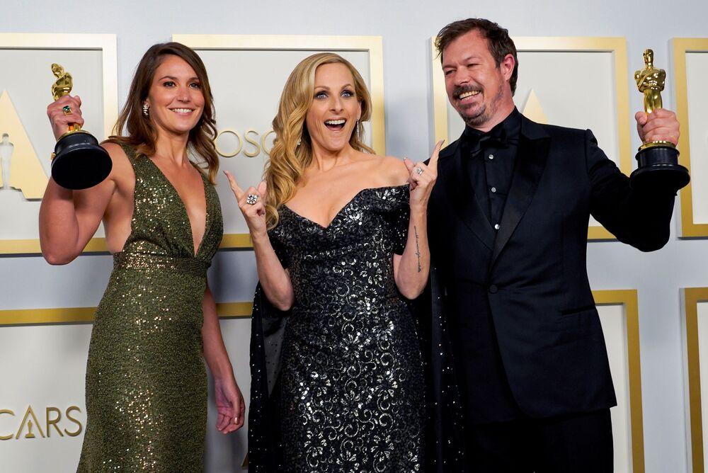 Pippa Ehrlich, vencedora do Oscar pelo melhor documentário Professor Polvo, posa para foto com Marlee Matlin e James Reed