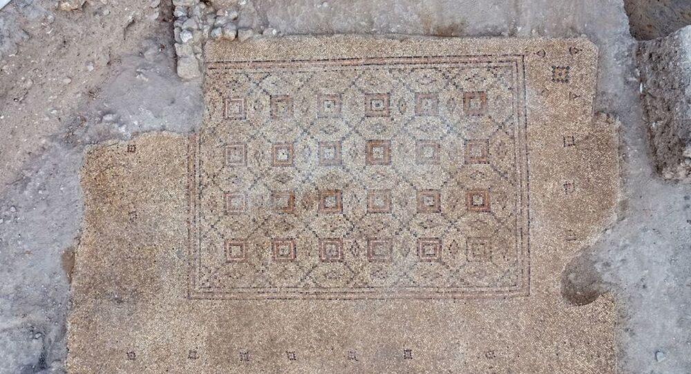 Mosaico de 1600 anos foi descoberto em escavação de salvamento, obrigatória em Israel antes da construção de qualquer estrutura