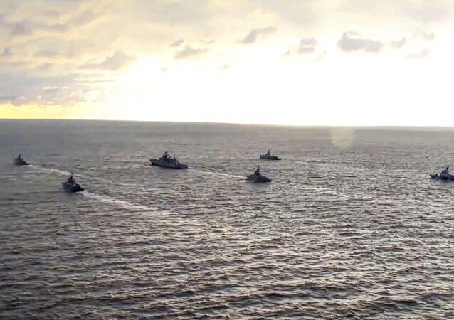Imagem extraída de um vídeo, divulgado no dia 22 de abril de 2021 pela assessoria de imprensa do Ministério da Defesa da Rússia, mostra navios da Marinha da Rússia no Mar Negro