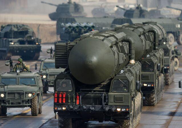 Sistema de lançamento de míssil balístico intercontinental Topol-M durante o ensaio para a parada militar no polígono de Alabino, região de Moscou