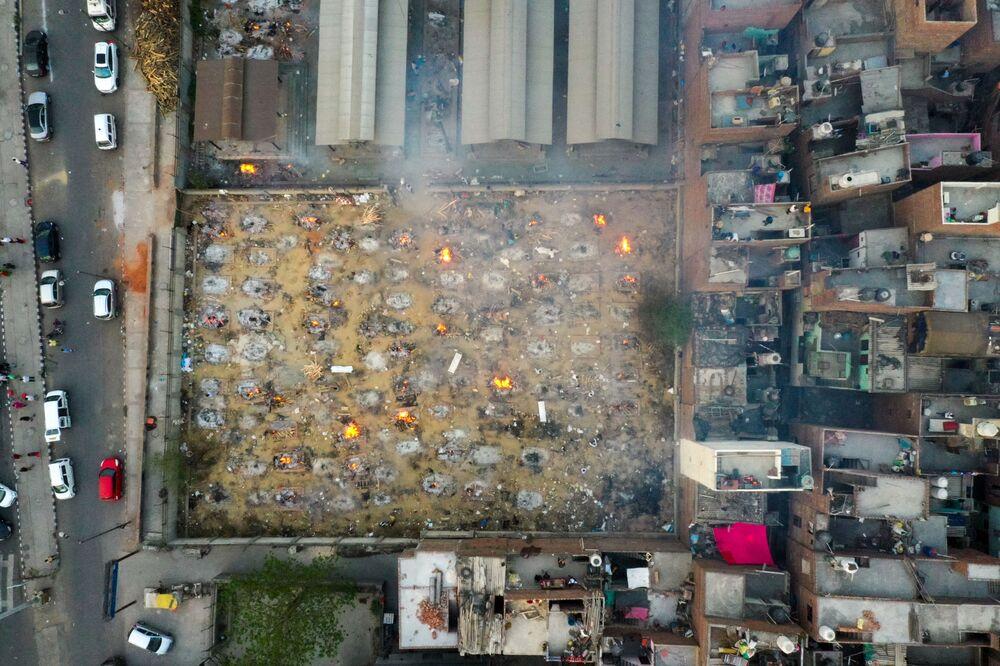 Em Nova Deli, na Índia, vista aérea mostra piras funerárias em meio à cremação de pessoas mortas por COVID-19, em 26 de abril de 2021