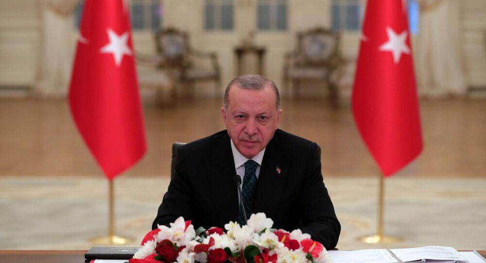 Em Ancara, Turquia, o presidente turco, Recep Tayyip Erdogan, participa virtualmente da Cúpula do Clima, em 22 de abril de 2021