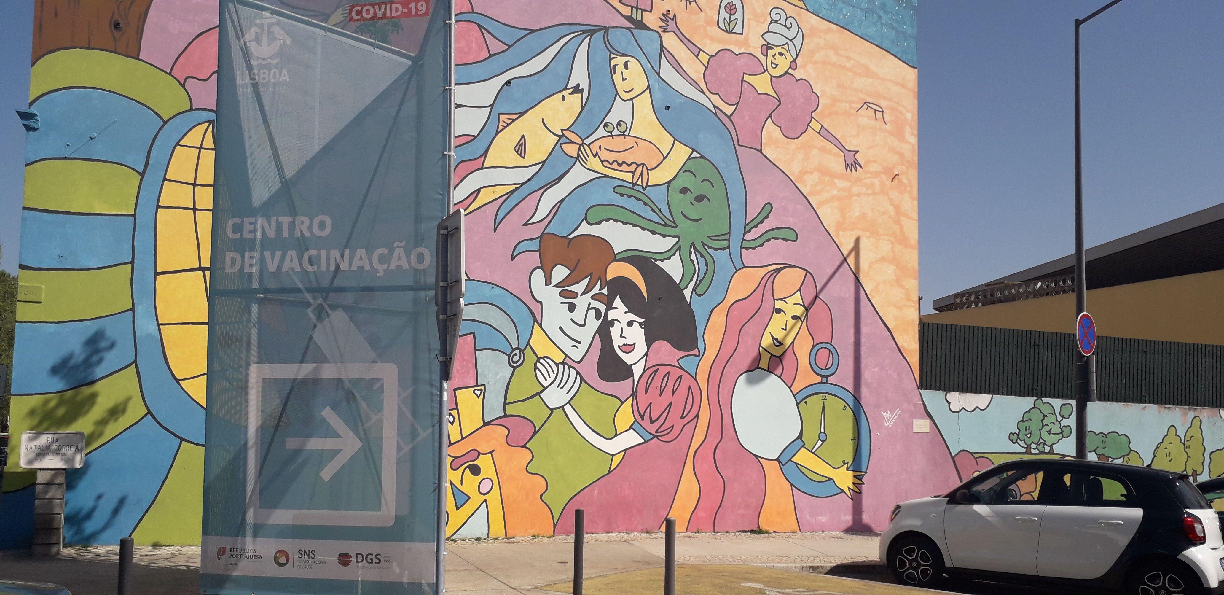Placa indica centro de vacinação contra COVID-19 em Lisboa