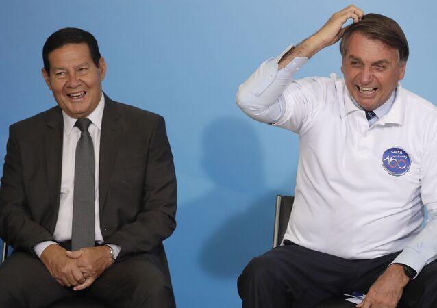 Jair Bolsonaro ao lado do vice-presidente Hamilton Mourão durante cerimônia comemorativa dos 160 anos do banco estadual Caixa Econômica Federal, em 12 de janeiro de 2021
