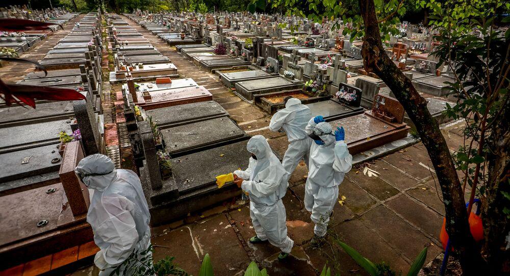 Enterro de vítima da COVID-19 em cemitério de Porto Alegre, no Rio Grande do Sul.