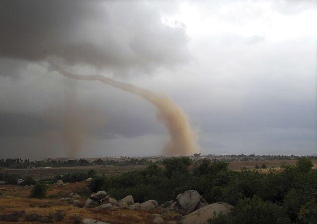 Tornado durante tempestade na Califórnia (imagem referencial)