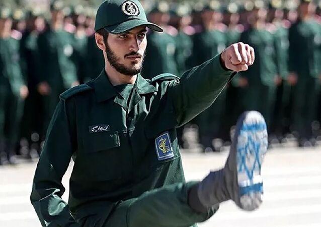 Um oficial iraniano do IRGC com a bandeira de Israel desenhada nas botas, é visto durante a cerimônia de formatura, realizada em Teerã, Irã (foto de arquivo)