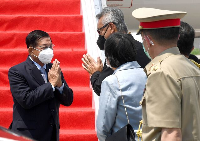 O chefe militar de Mianmar, general sênior Min Aung Hlaing (à esquerda), gesticula ao ser recebido em Jacarta, na Indonésia, durante sua chegada para a cúpula dos líderes da ASEAN, em 24 de abril de 2021