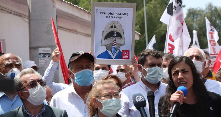 Manifestações antiamericanas perto da base aérea de Incirlik no sul da Turquia