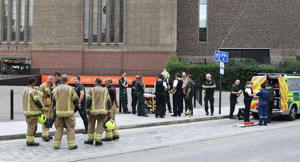 Policiais, paramédicos e bombeiros são vistos do lado de fora da galeria Tate Modern, em Londres, após um adolescente atirar um menino francês de seis anos de uma altura de 30 metros, em 4 de agosto de 2019