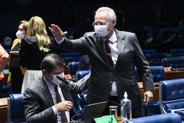 O senador Renan Calheiros (MDB-AL) acena no Senado Federal, no dia 2 de fevereiro de 2021