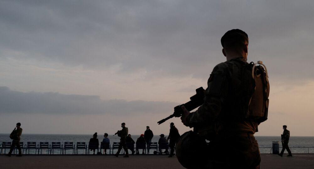 Soldados franceses patrulham Passeio dos Ingleses, Nice, França, 5 de março de 2021