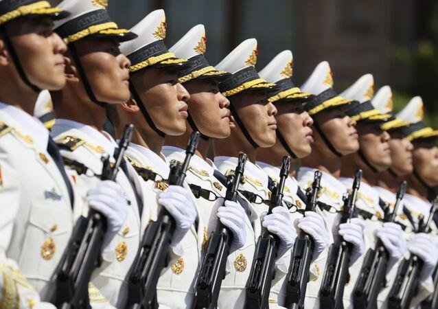 Em Moscou, na Rússia, militares chineses participam de um desfile para marcar o 75º aniversário da vitória na Segunda Guerra Mundial, em 24 de junho de 2020.