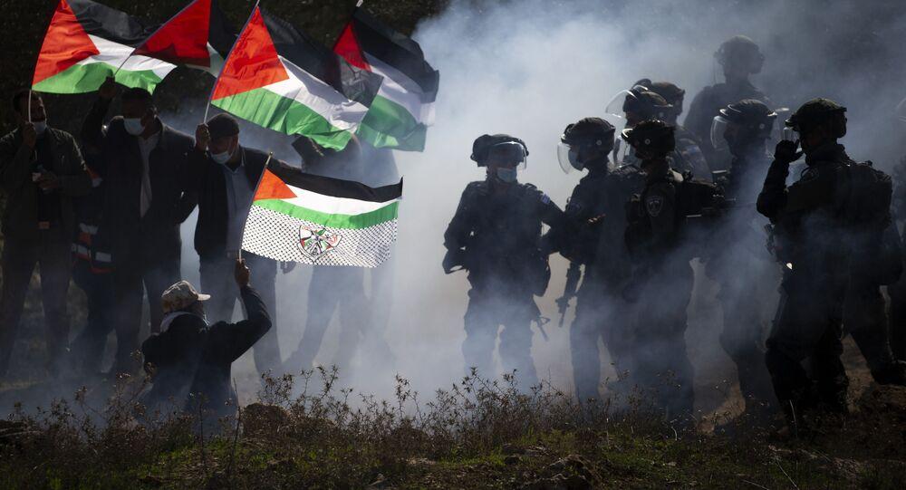 Forças de Defesa de Israel (FDI) jogam bombas de gás lacrimogênio contra palestinos durante protesto.