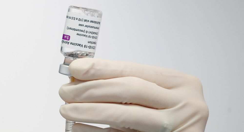 Em Fasano, na Itália, um profissional de saúde prepara uma dose da vacina contra a COVID-19 da AstraZeneza/Oxford, em 13 de abril de 2021