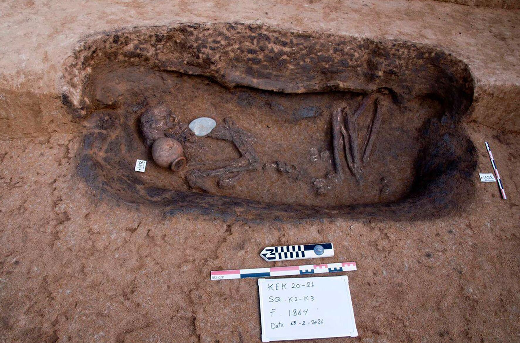 Tumba com restos humanos é descoberta no delta do Nilo