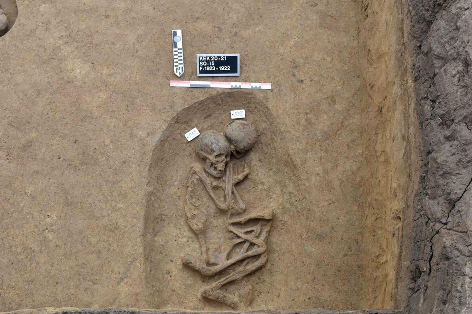Restos humanos encontrados em tumba, no delta do Nilo