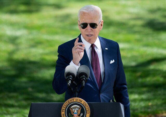 Presidente dos EUA, Joe Biden discursa sobre a pandemia da COVID-19 durante evento em frente à Casa Branca, 27 de abril de 2021