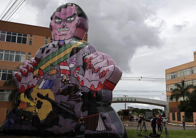 Manifestantes protestam com um boneco gigante do presidente brasileiro, Jair Bolsonaro, em frente à Anvisa