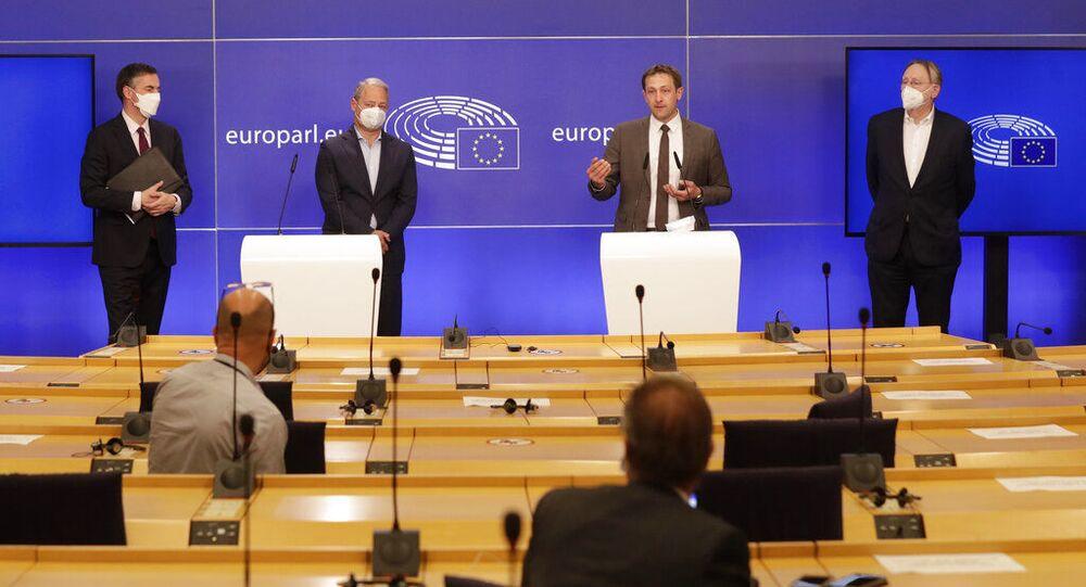 Membros do Parlamento Europeu participam de entrevista coletiva após debate sobre o acordo de comércio e cooperação entre União Europeia e Reino Unido, em Bruxelas, Bélgica