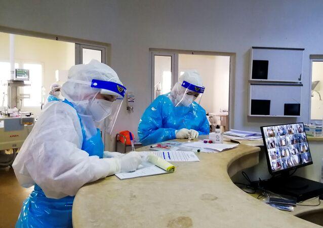 A equipe médica trabalha em um departamento de terapia intensiva para pacientes que sofrem da doença coronavírus (COVID-19), em um hospital em Ariana, Tunísia, 26 de abril de 2021