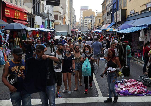 Pessoas caminham na rua 25 de Março, em meio à pandemia de COVID-19, no centro de São Paulo, no dia 21 de dezembro de 2020