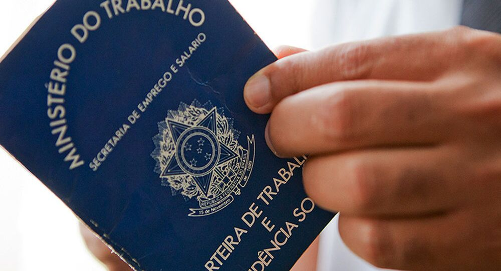 Imagem ilustrativa de pessoas segurando uma carteira de trabalho no Brasil
